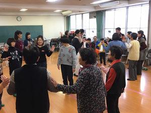 輪になってゲームを楽しむ参加者の写真