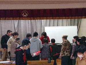 プレゼントを選ぶ参加者の写真