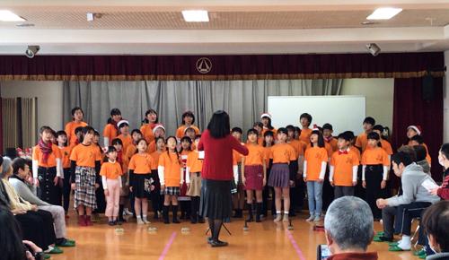 歌を歌うゆづき小学校の子どもたちの写真